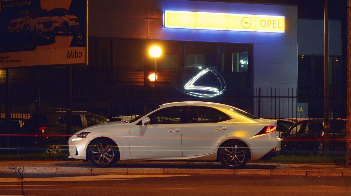 Lexus Is 300 przed Oplem. Fotografia reklamowa Olsztyn Poznań